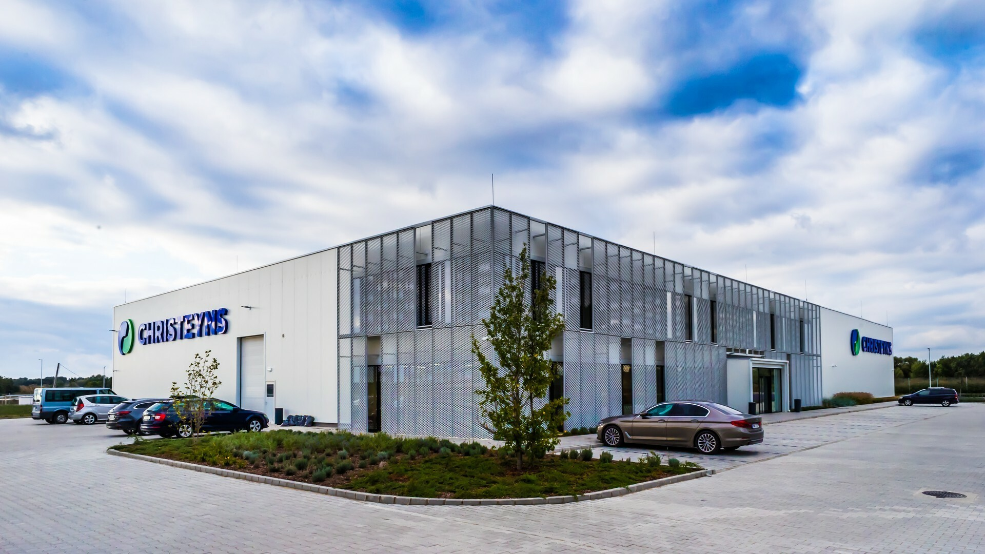 Modernes Multifunktionsgebäude in Ungarn